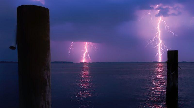Si può fare il bagno in mare se scoppia un temporale?